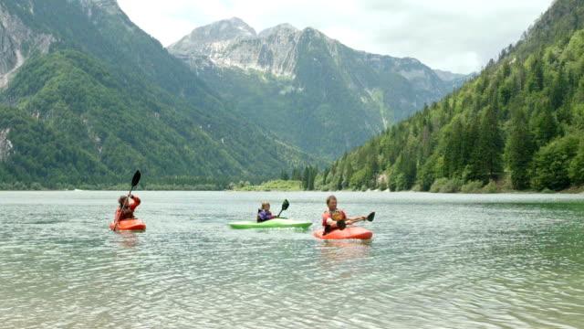 hd: familie paddeln auf dem see - kayaking stock-videos und b-roll-filmmaterial