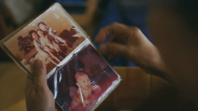 stockvideo's en b-roll-footage met familie fotoalbum - retro style