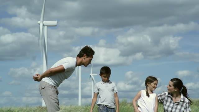 vidéos et rushes de ms family playing around in wind farm / toulouse, midi-pyrenees, france - mordre