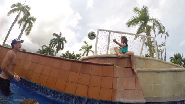 family playing basketball in pool at a resort and mother selfie dances. - kelly mason videos 個影片檔及 b 捲影像