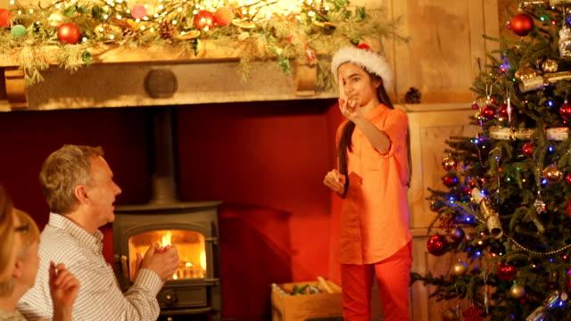 家族クリスマスでジェスチャー ゲームをプレイ - パントマイム点の映像素材/bロール