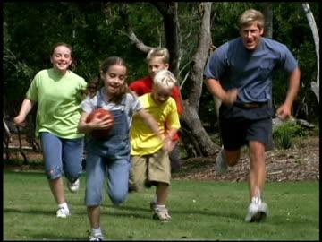 stockvideo's en b-roll-footage met family playing football - alleenstaande vader