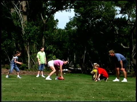 vídeos de stock e filmes b-roll de family playing football - família com quatro filhos