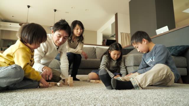 ご家族でのブロックの木 - 団らん点の映像素材/bロール