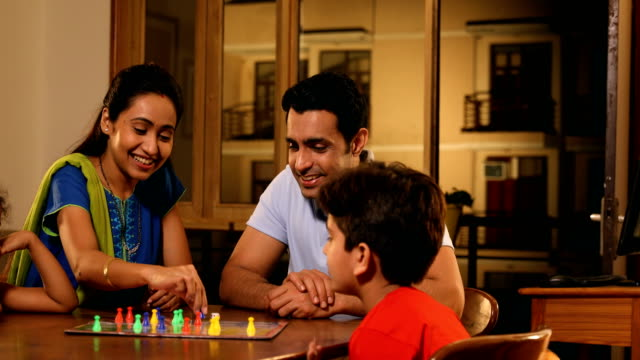 stockvideo's en b-roll-footage met ms pan family playing ludo game at home / sonipat, haryana, india - spelletjesavond