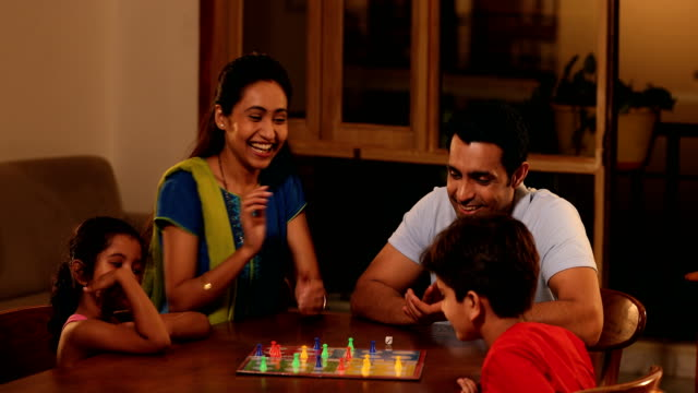 stockvideo's en b-roll-footage met ms family playing ludo game at home / sonipat, haryana, india - spelletjesavond