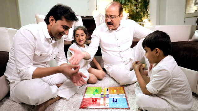 family playing ludo in the home, delhi, india - 余暇 ゲームナイト点の映像素材/bロール