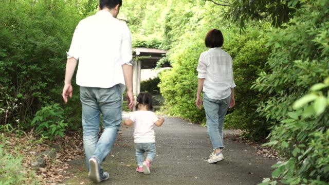 vídeos de stock, filmes e b-roll de família brincando na rua - infância