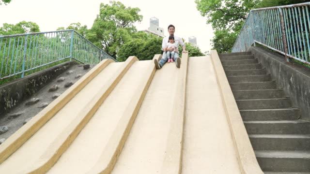 屋外で遊ぶ家族 - 幼児点の映像素材/bロール