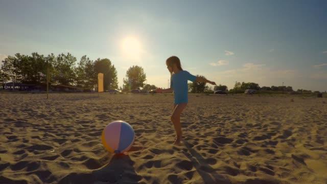 vídeos y material grabado en eventos de stock de familia jugando fútbol. isla griega - 6 7 años