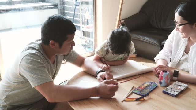 自宅のご家族でご一緒に - 両親点の映像素材/bロール