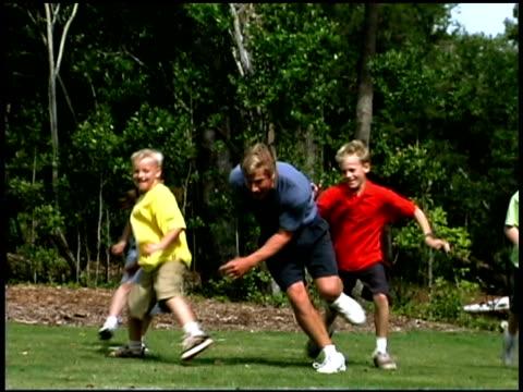 vídeos de stock e filmes b-roll de family playing - família com quatro filhos