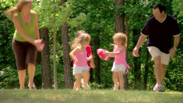 family playing with a football - この撮影のクリップをもっと見る 1428点の映像素材/bロール