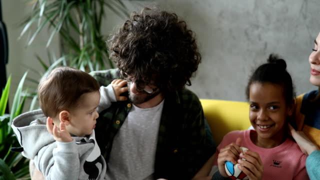 vidéos et rushes de famille jouant avec le bébé - adoption