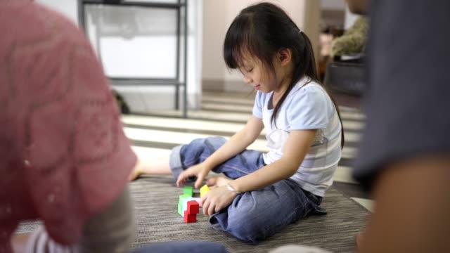 familj leker med block på golvet - kloss form bildbanksvideor och videomaterial från bakom kulisserna