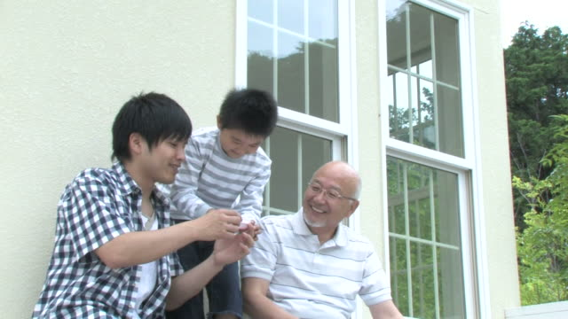 family playing with bubbles - 60 64歳点の映像素材/bロール