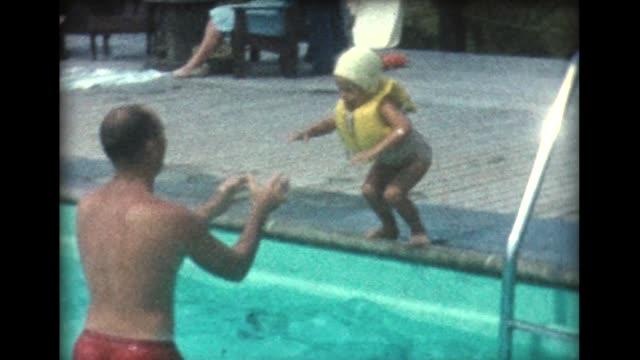 vídeos y material grabado en eventos de stock de 1960 family poolside - lanzarse al agua