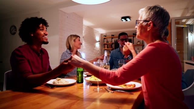 vídeos de stock e filmes b-roll de family prays before eating dinner - benção