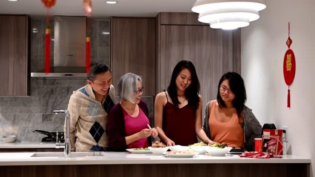 vídeos de stock e filmes b-roll de family preparing for chinese new years - ano novo chinês