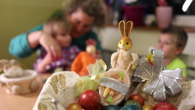 familj förbereder sig för påsk - påsk bildbanksvideor och videomaterial från bakom kulisserna