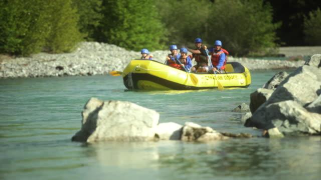 ws pan ts r/f tu family rafting through rapids in squamish river forest / squamish, british columbia, canada - 30 34 ��r bildbanksvideor och videomaterial från bakom kulisserna