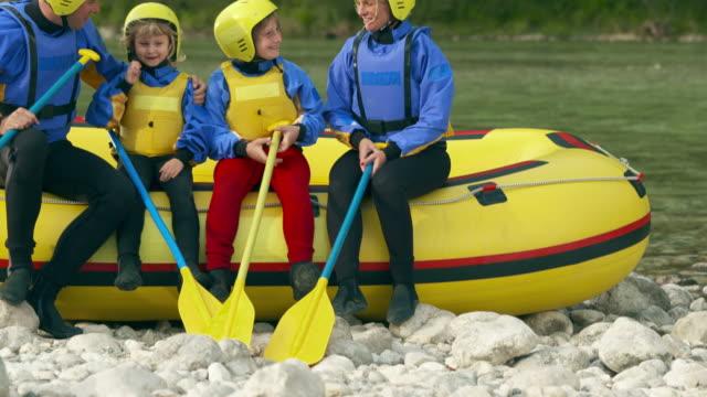 hd: familien anheben rudern, rafting bis - schwimmweste stock-videos und b-roll-filmmaterial