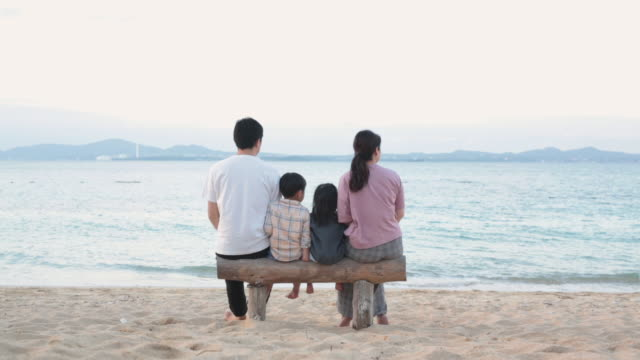 冬のビーチでリラックスした家族 - anticipation点の映像素材/bロール