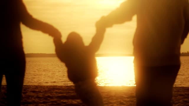 ご家族とのリラックスには、湖 - 両親点の映像素材/bロール