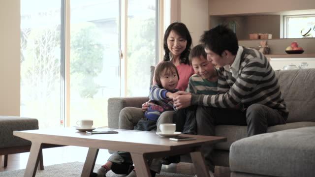 ご家族とのリラックスしたリビングルームにはソファー - 家族点の映像素材/bロール