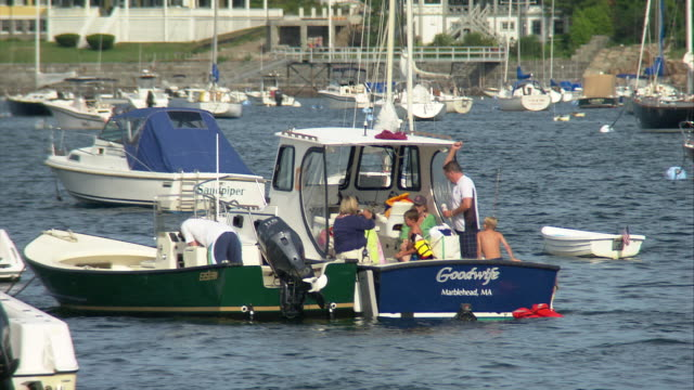 ws family relaxing on boat docked at marblehead harbor / marblehead, massachusetts, usa  - familie mit drei kindern stock-videos und b-roll-filmmaterial