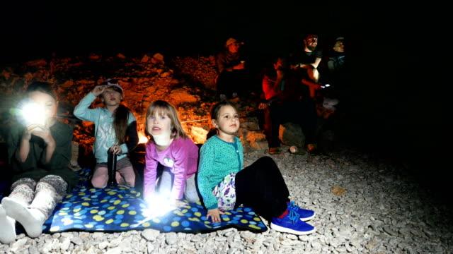 familie am strand entspannen. nachtzeit - taschenlampe stock-videos und b-roll-filmmaterial