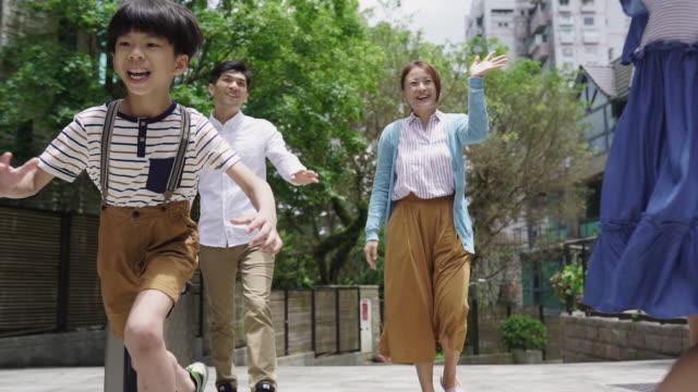 vídeos de stock, filmes e b-roll de reunião de família - etnia oriental