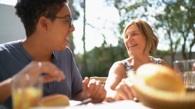 家族の再会バーベキューを食べる - バーベキューパーティー点の映像素材/bロール