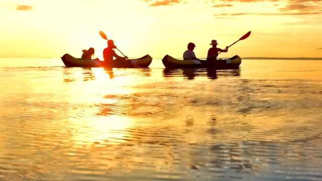 ws familie auf dem meer bei sonnenuntergang - kanu stock-videos und b-roll-filmmaterial