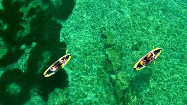 vídeos y material grabado en eventos de stock de antena familia navegación en kayak en el mar tropical - kayak barco de remos