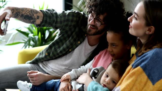 vídeos de stock e filmes b-roll de family selfie - acolhimento familiar