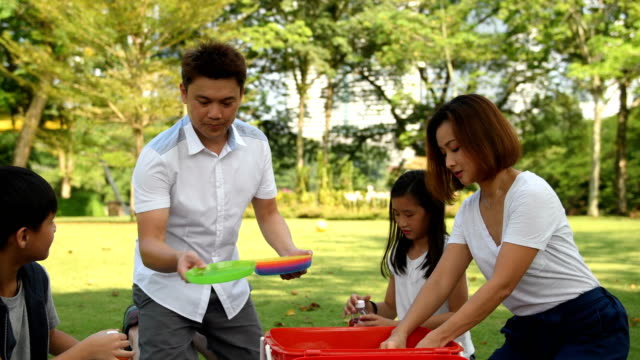 vídeos y material grabado en eventos de stock de configuración familiar de un picnic en el parque - 10 11 años