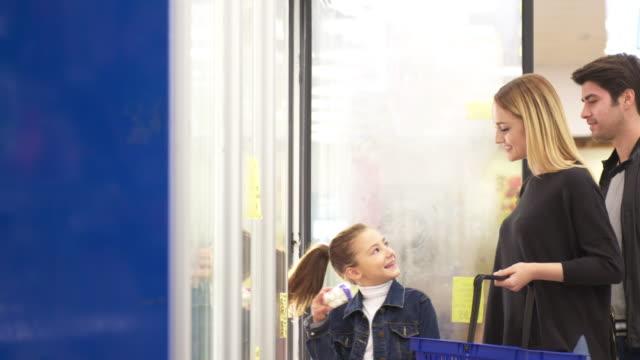 Familie in einem Supermarkt einkaufen
