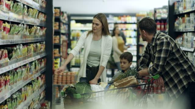 ご家族でのショッピングスーパーマーケット