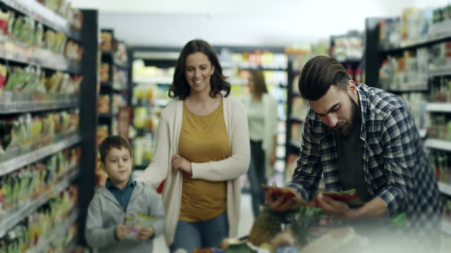Familie, winkelen in de supermarkt