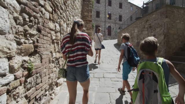 familienbesichtigung schöne italienische stadt - städtischer platz stock-videos und b-roll-filmmaterial