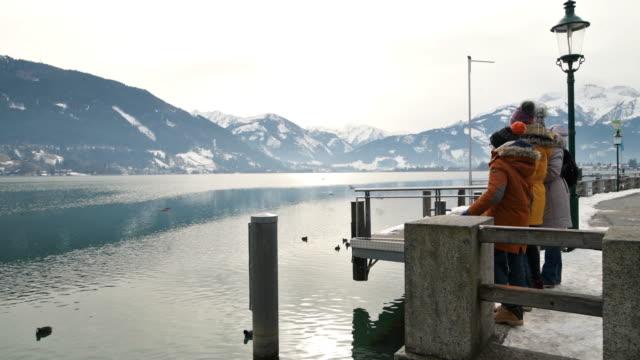 familienbesichtigung zell am see in alpen - teenage girls stock-videos und b-roll-filmmaterial