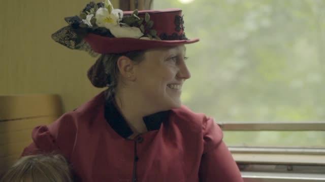 vídeos y material grabado en eventos de stock de familia sentado y hablando por un móvil vapor tren coche - estilo victoriano