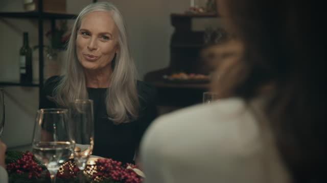 vídeos y material grabado en eventos de stock de familia sentada en la mesa de la cena de navidad. - cena
