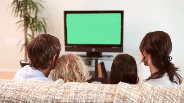 vídeos de stock, filmes e b-roll de family sitting while watching the television - assistir tv
