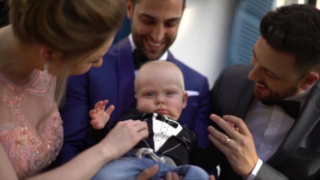 結婚式の前に男の子と笑顔で遊ぶ家族 - 甥点の映像素材/bロール