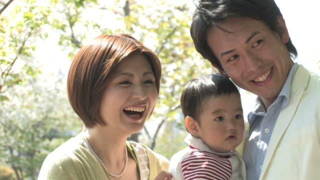 cu family smiling - 両親点の映像素材/bロール
