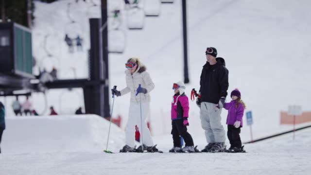 Familie Skifahren im Skigebiet