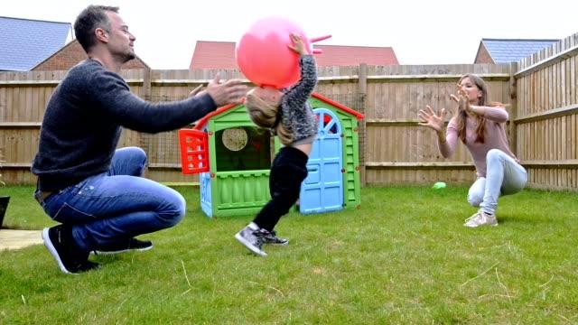 familie verbringt gemeinsame freizeit - spielzeughaus stock-videos und b-roll-filmmaterial