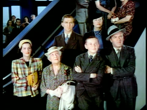 vidéos et rushes de 1940 family standing looking up watching something / new york world's fair / industrial - exposition universelle de new york